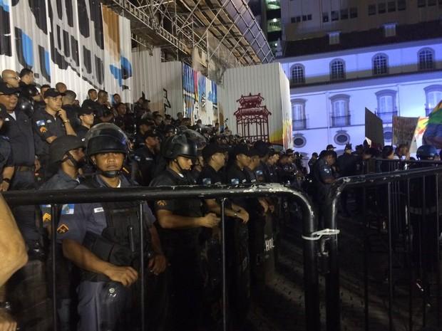 Policiais fazem barreira em frente a Alerj (Foto: Marco Antônio Martins/G1)