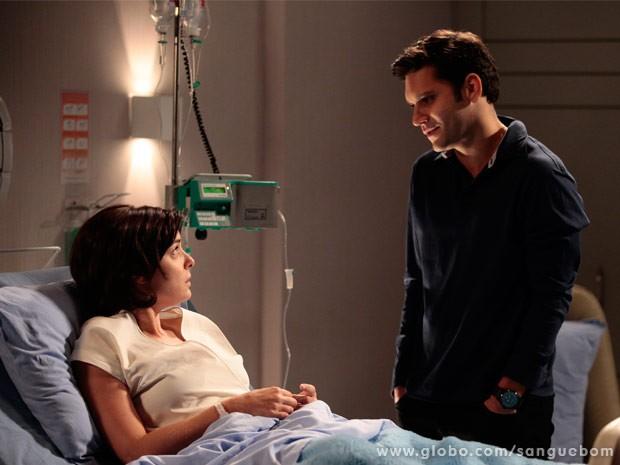 Renata acorda e vê Érico ao seu lado em hospital (Foto: Sangue Bom/ TV Globo)