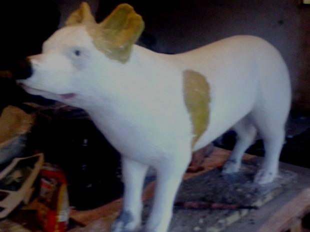 Estátua da cachorra Branquinha será colocada no joardim do velório municipal. (Foto: Divulgação / Guma Castellucci)