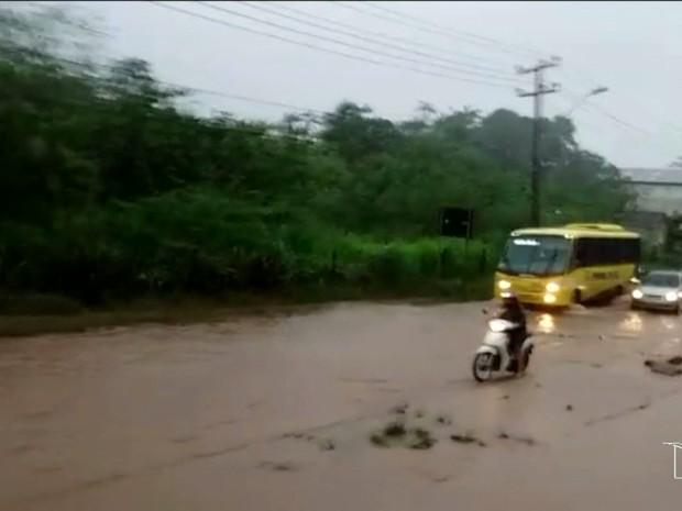 Estrada de Ribamar alagada após chuvas em São Luís (Foto: Michel Sousa/G1)