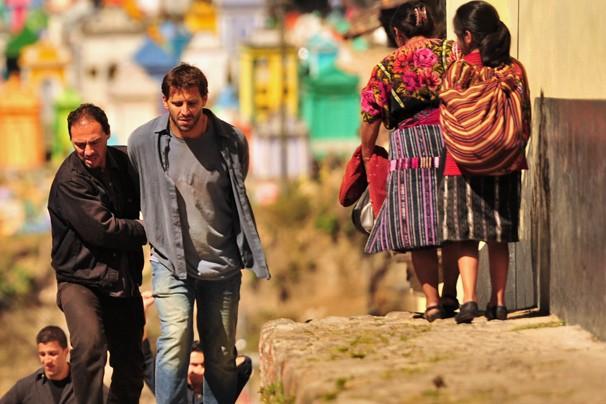 Cassiano é levado por capangas a mando de Alberto em Flor do Caribe (Foto: João Miguel JR./Rede Globo)