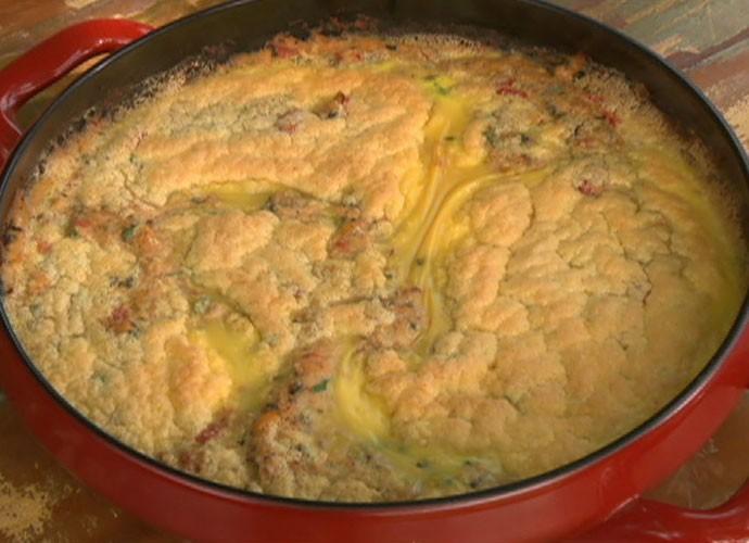 Ator prepara uma torta de caranguejo (Foto: TV Globo)