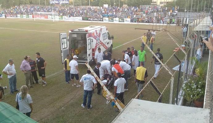 Torcedor da Pantera passou mal antes do jogo desta tarde em Governador Valdares (Foto: Diego Souza/Globoesporte.com)