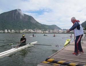 Técnicos de remo Bill Barry dá treino no Botafogo (Foto: Lydia Gismondi / Globoesporte.com)