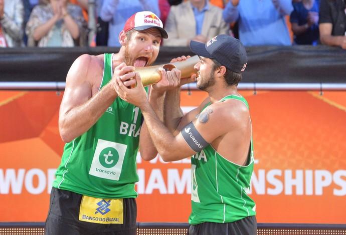 Alison e Bruno Schmidt campeões mundiais (Foto: FIVB/Divulgação)