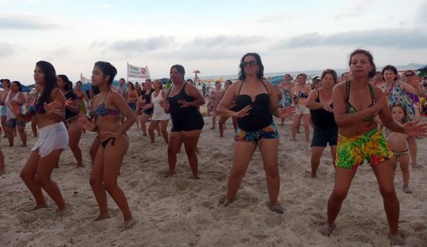 Todo mundo quis participar das coreografias animadas comandadas pelos professores (Foto: Divulgação/ RPC)