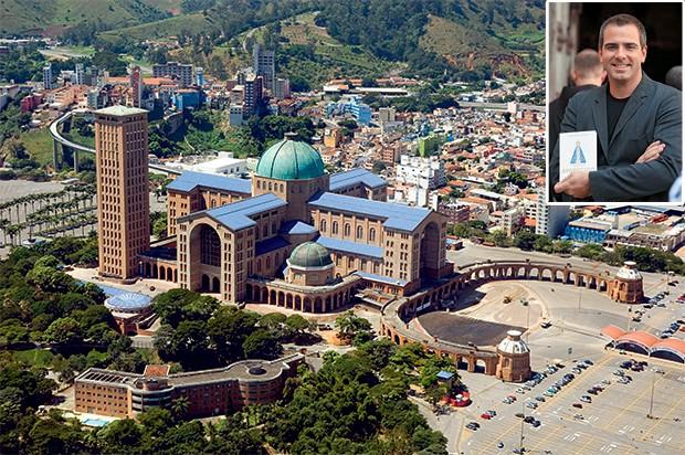 FÉ E HISTÓRIA O Santuário de Aparecida e, no alto, o escritor Alvarez com seu livro. A santa é o  símbolo mais antigo do Brasil (Foto: Mauricio Simonetti/Pulsar Imagens e divulgação)