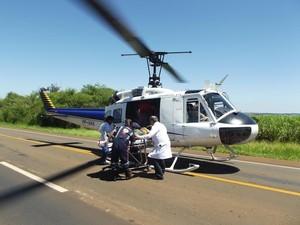 Piloto foi socorrido e levado para hospital em Araraquara, SP (Foto: Luiz Henrique de Andrade/O Jornal)
