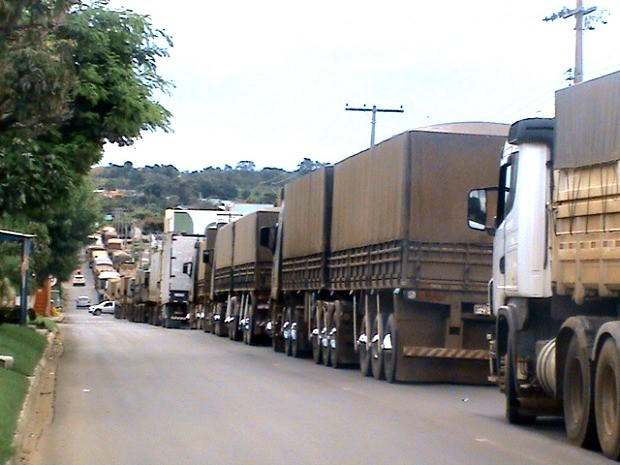 PRF tem enfrentado dificuldades para liberar passagem de ônibus e carros de passeio na BR-364. (Foto: Alberton Viana)