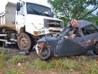 Três pessoas morrem após batida entre carro e caminhão, em Goiás