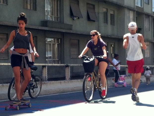 Paulistanos aproveitam domingo de sol para circularem de skate e bicicleta pelo Minhocão (Foto: Paulo Piza/G1)