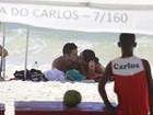 Débora Nascimento e José Loreto se beijam na praia