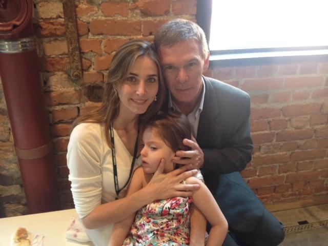 Katiele Fischer e Norberto Fischer com Anny, de 6 anos, portadora da rara síndrome CDKL5. Eles conseguiram na Justiça direito de usar o canabidiol (Foto: Eduardo Carvalho/G1)