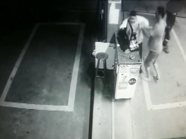 Frentista foi agredido por cliente em Pouso Alegre (Foto: Reprodução EPTV)