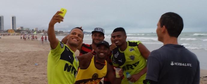 Jogadores do Galo aproveitam para tirar uma selfie na praia (Foto: Léo Simonini)