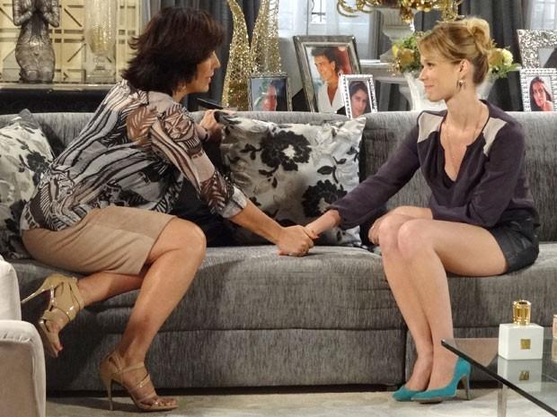 Depois de tudo esclarecido, Juliana e Roberta fazem as pazes (Foto: Guerra dos Sexos / TV Globo)
