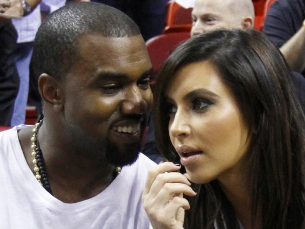 Kanye West e Kim Kardashian assistem a jogo de basquete da NBA em 2012 (Foto: AP/Alan Diaz)
