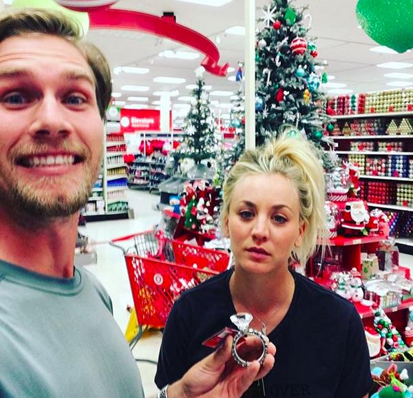 A atriz Kaley Cuoco com o noivo (Foto: Instagram)