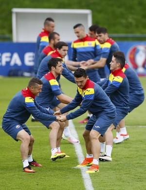 Jogadores da Romênia no aquecimento do treino (Foto: REUTERS/Jason Cairnduff)