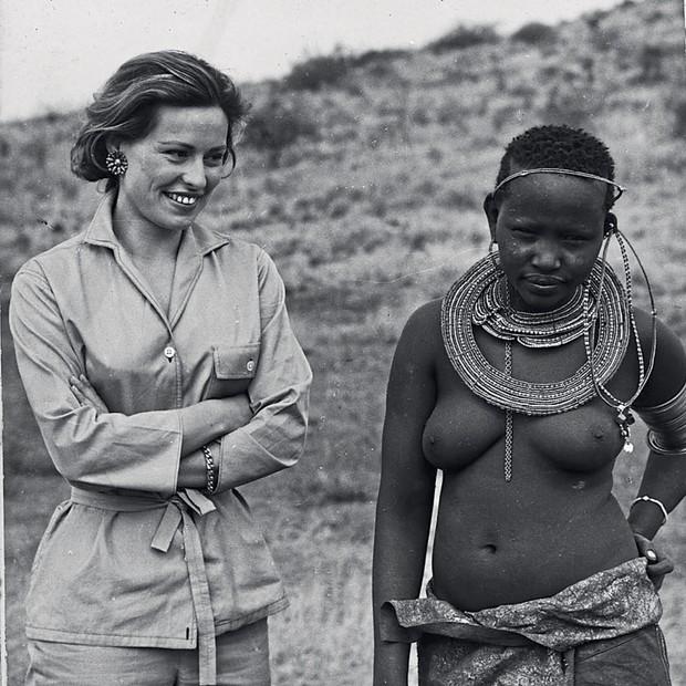 A atriz em visita a uma tribo massai nos anos 70 (Foto: Haywood Magee / Stringer / Getty Images e Arquivo Pessoal)