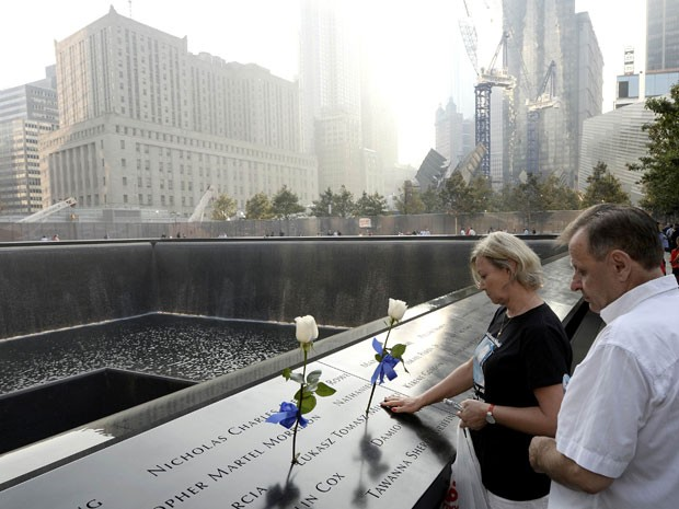 Casal visita o memorial (Foto: Reuters/Justin Lane/Pool )