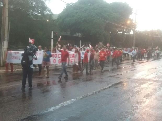 Manifestantes percorrem avenidas no entorno da praça dos Girassóis (Foto: Ana Paula/TV Anhanguera)