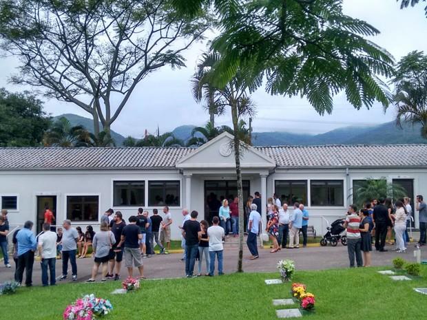 Por volta das 19h deste domingo, muitos amigos e familiares já estavam no velório (Foto: Mateus Castro/Divulgação)