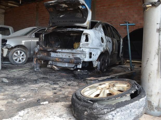 Carros pertencem a clientes da funilaria e prejuízo deve ultrapassar R$10mil (Foto: Aline Lopes/G1)