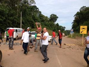 Manifestante fecharam acesso à usina com pedras, na manhã desta quinta-feira (Foto: Marcos Paulo/G1)