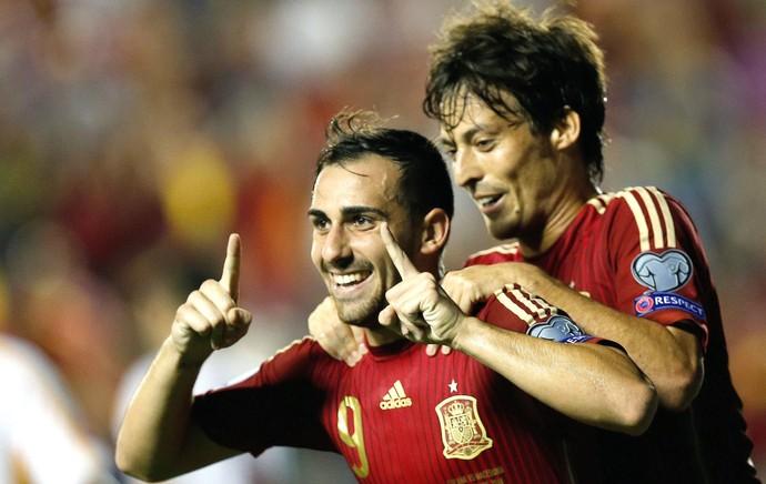 Alcacer e David Silva comemora gol da Espanha contra a Macedônia  (Foto: Agência EFE)