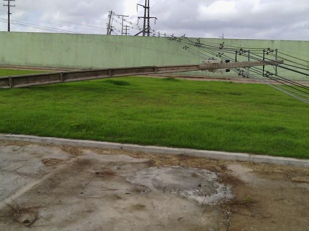 Tempestade danificou postes de iluminação e deixou cidade sem energia (Foto: Divulgação/CEA)