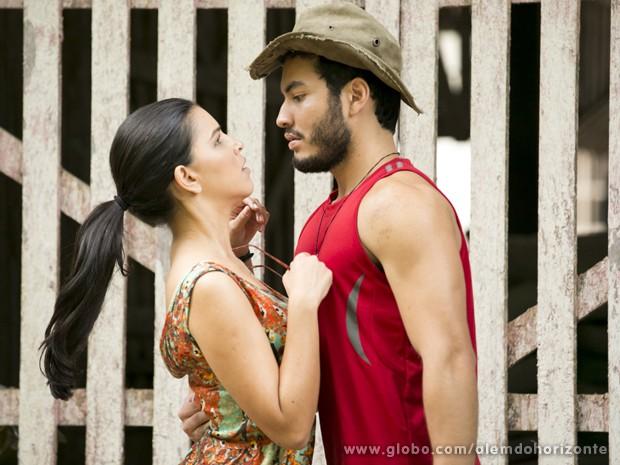 Celina pressiona Matias e ele confessa: está apaixonado pela professora! (Foto: Felipe Monteiro/TV Globo)
