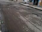Moradores se unem para tapar buraco que surgiu após obras em São Vicente