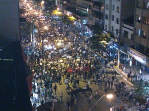 Manifestantes de Nova Friburgo, RJ,  tomam a Av. Alberto Braune (Foto: Juliana Scarini/G1)