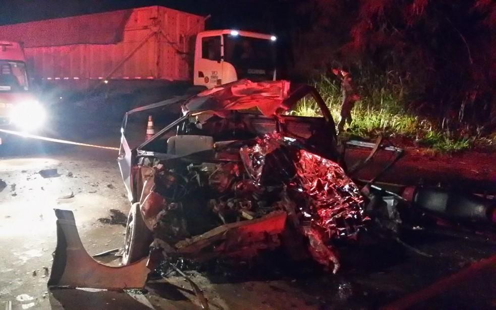 Veículo ficou destruído com a batida  (Foto: VotuNews)
