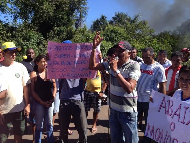 Entre as reivindicações estão à diminuição do preço da passagem de ônibus intermunicipal  (Foto: Gil Oliveira/G1)