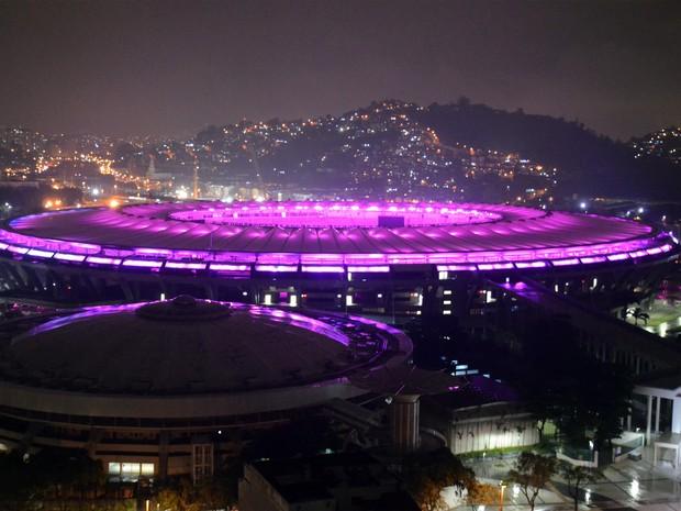 Maracanã ganha iluminação roxa em homenagem às mulheres (Foto: Delmiro Júnior / Futura Press / Estadão Conteúdo)