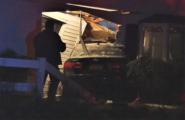 Motorista bêbado tentou estacionar em garagem, mas acabou invadinho casa de vizinho (Foto: Reprodução/YouTube/NYPost)