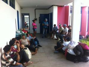Cerca de 80 índios acampam na sede da Seretaria da Educação a espera de uma definição. (Foto: Fabiana De Mutiis/G1)