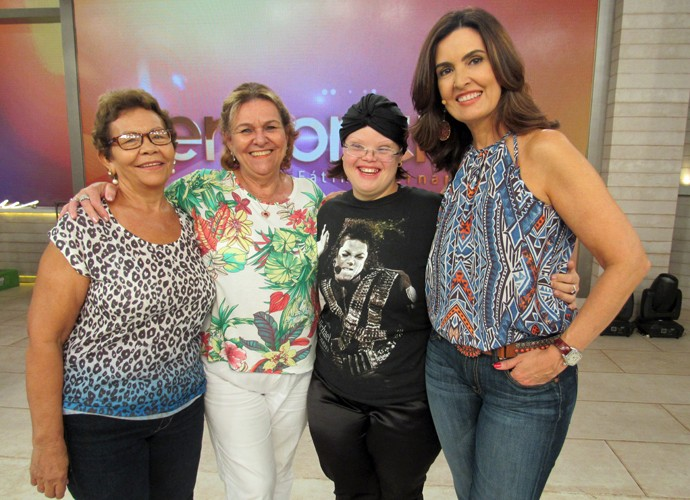 Nos bastidores do 'Encontro', Fátima tira foto com convidadas (Foto: Carolina Morgado/Gshow)