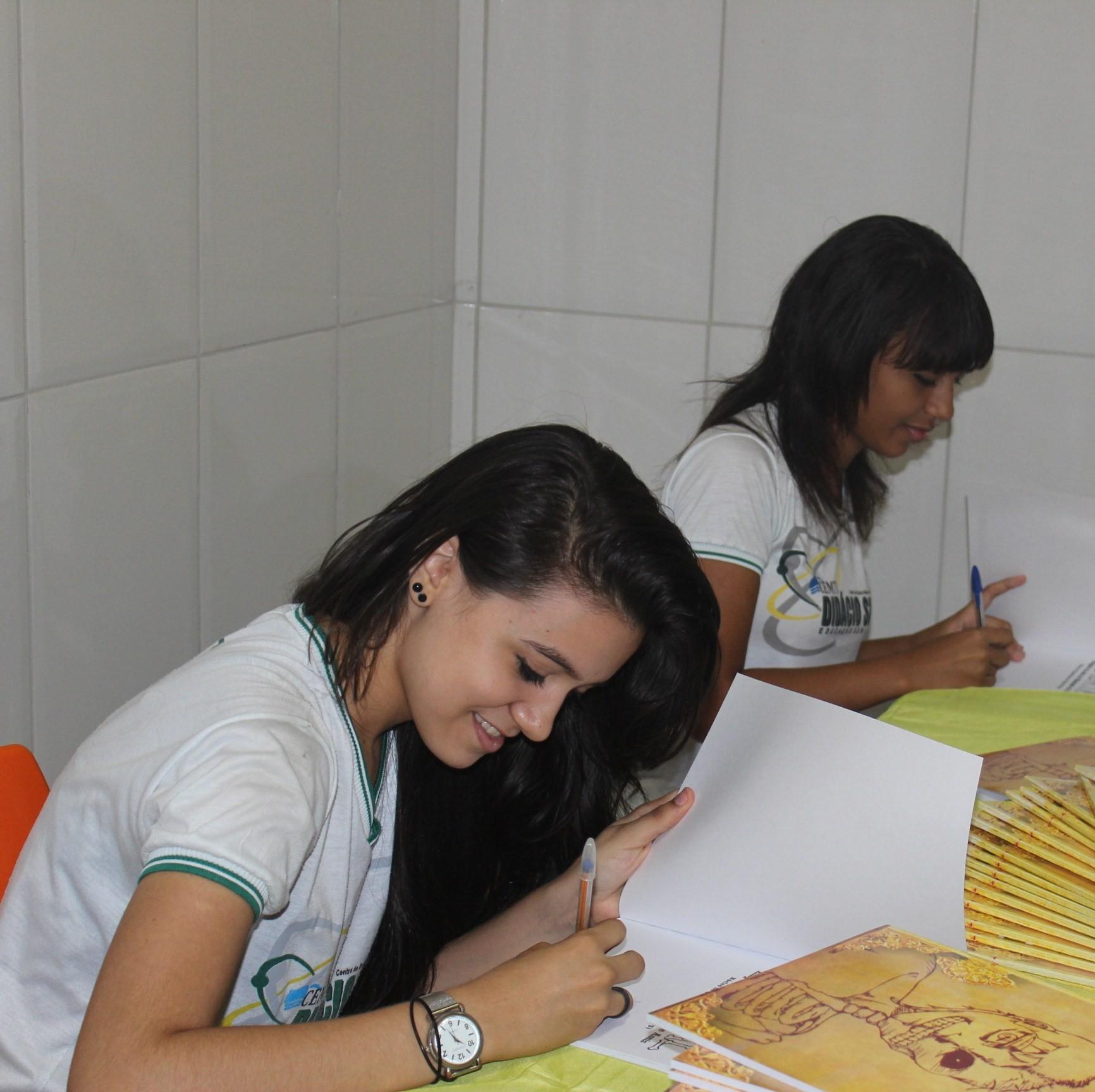Alunos autografam exemplares para os colegas de escola (Foto: Daniel Cunha)