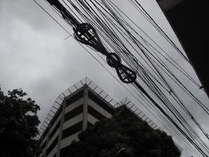Carretel para organizar reserva técnica é insuficente para quantidade de fios (Foto: Alba Valéria Mendonça/ G1)
