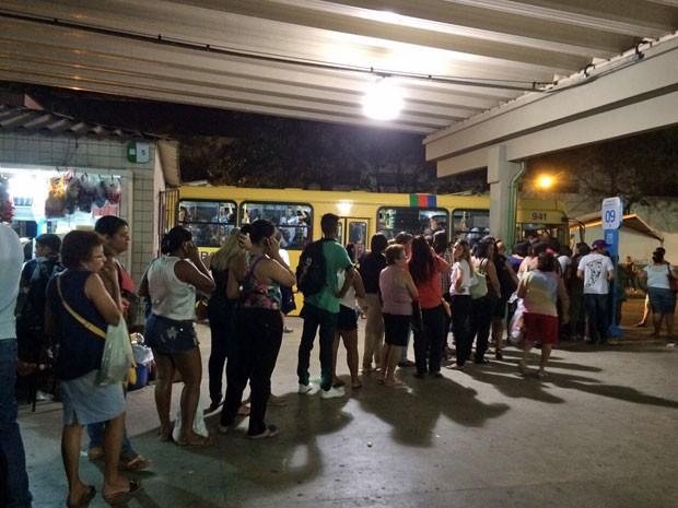 Passageiros enfrentam longas filas em terminais de ônibus na noite desta quinta (Foto: Paulo Ricardo Sobral/TV Globo)