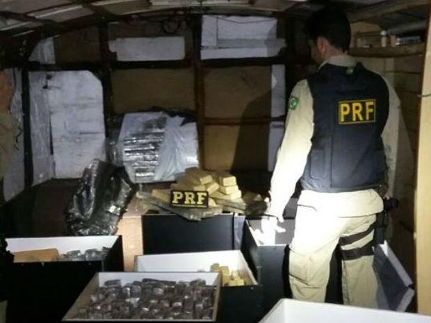 a droga estava acondicionada em caixas de madeira normalmente usadas para guardar instrumentos musicais, como amplificadores (Foto: Divulgação/PRF)