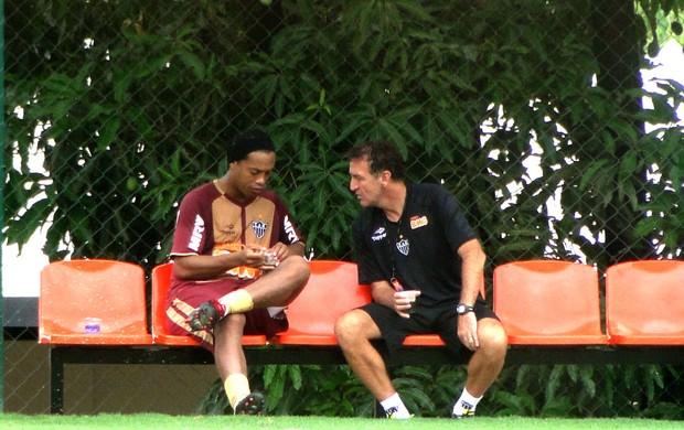 Ronaldinho e Cuca conversando no treino do Atlético-MG (Foto: Fernando Martins / Globoesporte.com)