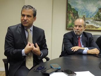 Secretário da Casa Civil, Tadeu Alencar, anunciou medida junto com líder do Governo na Alepe, Waldemar Borges (Foto: Luna Markman/G1)