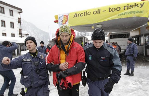 Os manifestantes foram detidos pela polícia suíça, após tentarem bloquear um posto de gasolina em Davos durante o Fórum Econômico Mundial (Foto: Denis Balibouse/Reuters)