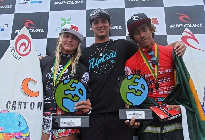 """Campeões do """"Grom Search"""" ao lado do anfitrião Gabriel Medina (Foto: MUNIR EL HAGE)"""