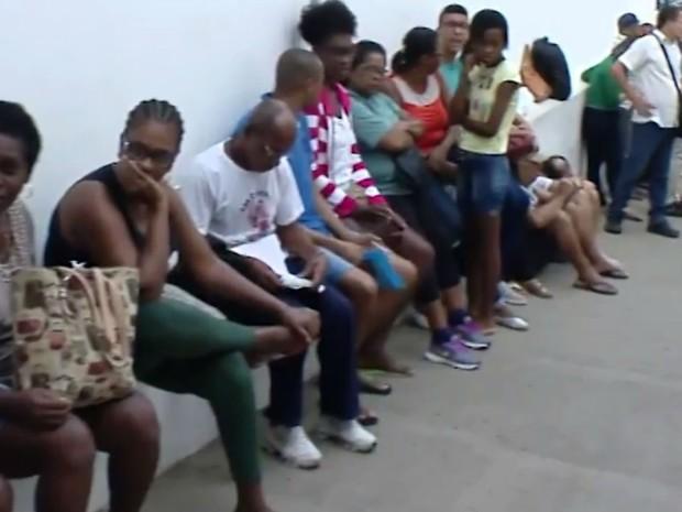 Posto amanheceu com longa fila na manhã desta quinta-feira, em Salvador (Foto: Imagens / TV Bahia)