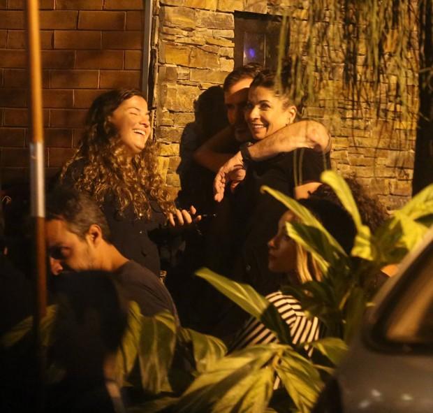 Anna Lima troca beijos com Ale Salim (Foto: AgNews)